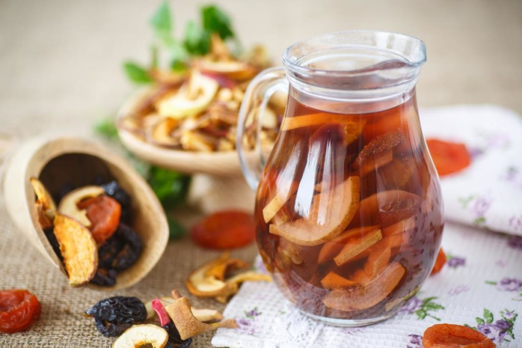 Компот с сушеными грушами, клубникой и абрикосами - рецепт пошаговый с фото