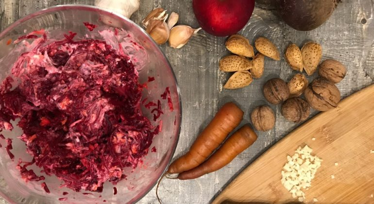 Салат сосенними овощами— свёкла, морковь ичеснок