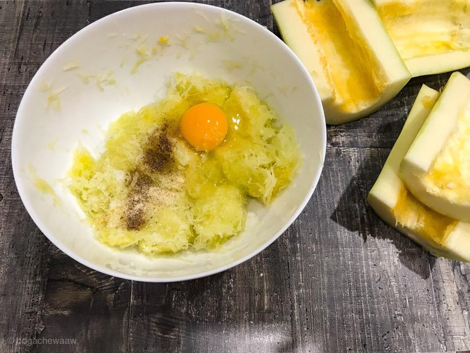 Кабачок с яйцом, солью и перцем
