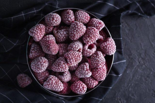 Замороженные ягоды малины — цельная и протёртая с сахаром