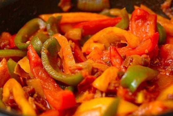 Овощи сложить в сотейник или глубокую кастрюлю