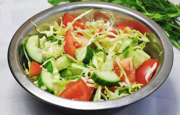 Салат с белокочанной капустой, томатами и огурцом
