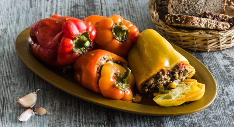 Как приготовить ужин одновременно для любителей фаршированных перцев итех, кто ихнелюбит? Два блюда изодних продуктов!